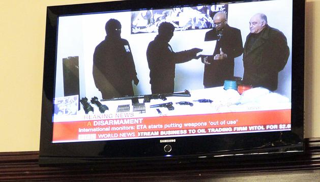 Dos personas siguen en un bar de Bilbao el anuncio de la banda terrorista ETA