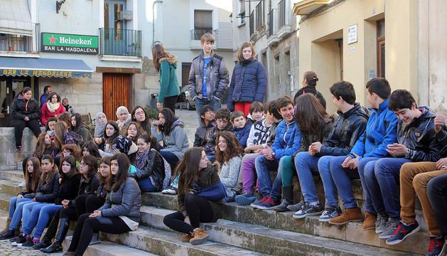Un grupo de alumnos del IES Valle del Ebro, en la plaza de la Magdalena de Tudela