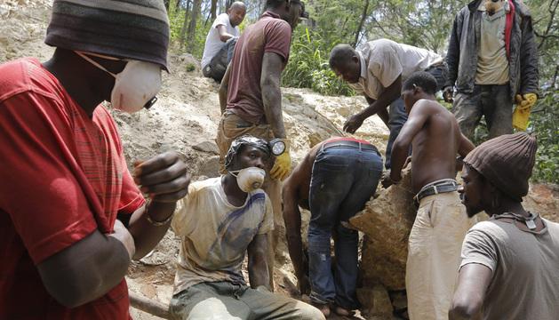 Un grupo de mineros intenta recuperar el cuerpo sin vida de uno de sus compañeros el pasado martes.