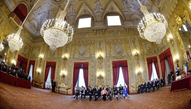 El primer ministro de Italia, Matteo Renzi, juró el cargo junto con sus 16 ministros en el Salón de las Fiestas del palacio del Quirinal.