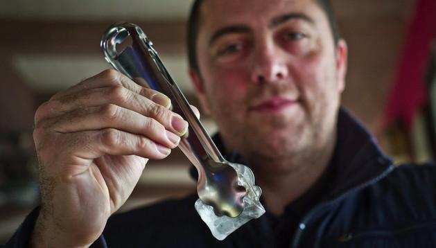 El onubense Carlos Moral muestra la pinza de hielo-abridor de botellines que ha inventado.