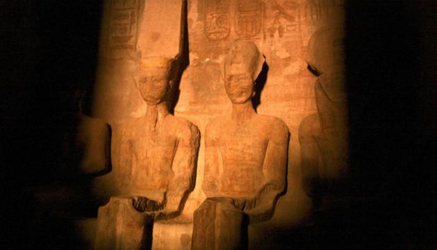 El sol ilumina de lleno el rostro de la estatua de Ramsés II (c).