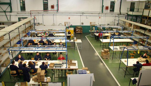 Trabajadores en la planta que Tasubinsa tiene en Burlada.