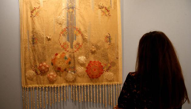 Una mujer observa una de las obras de la artista argentina Mónica Millán en la Galeria Zabaleta Lab, dentro de la Feria Internacional de Arte Contemporáneo.