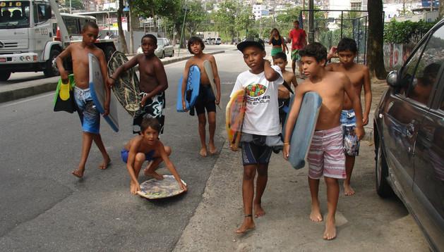 Niños de la Rocinha asisten a clases de surf.