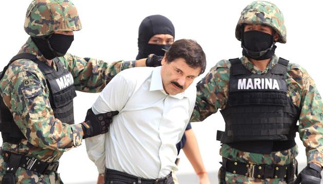 Militares mexicanos conducen al máximo dirigente del cártel de Sinaloa, Joaquín 'El Chapo' Guzmán, tras su detención.