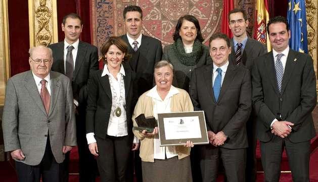 La religiosa Martha Pelloni recibe el Premio Internacional Navarra rodeada del jurado