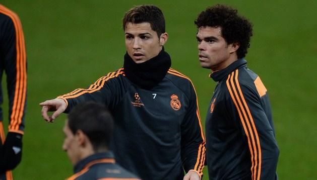 Cristiano Ronaldo y Pepe, en el entrenamiento blanco del martes
