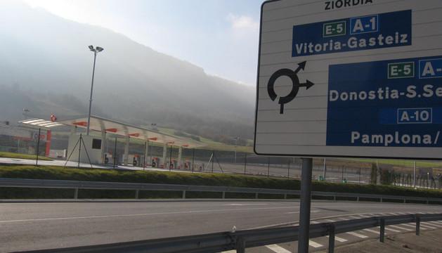 El camino habilitado parte cerca de una rotonda que canaliza el tráfico a la autovía y a Ziordia