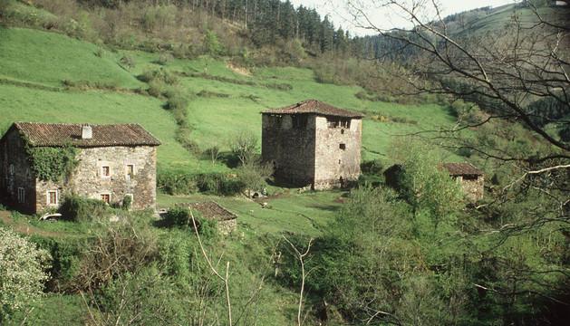 A la derecha, la torre defensiva de Ibero, cerca de Goizueta