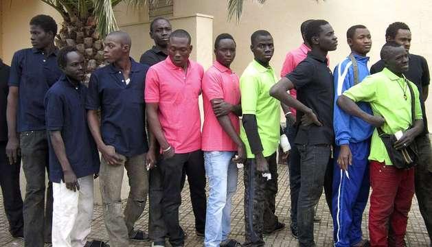Un grupo de subsaharianos espera para sera atendidos por los servicios sanitarios en Melilla