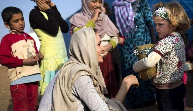 La actriz Angelina Jolie visita un campo de refugiados en Líbano