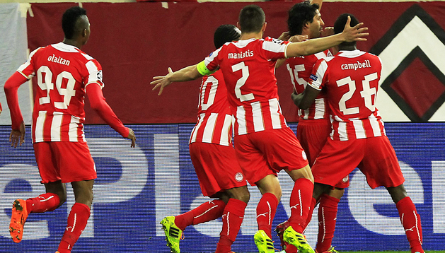 El jugador del Olympiacos Alejandro Domínguez (dcha.) celebra el primer gol junto a sus compañeros