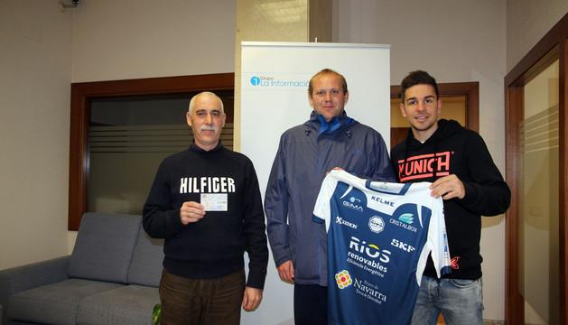 De izquierda a derecha, Rafael Parques, ganador semanal; Ángel Eraso, ganador mensual; y el jugador Andresito, con la camiseta