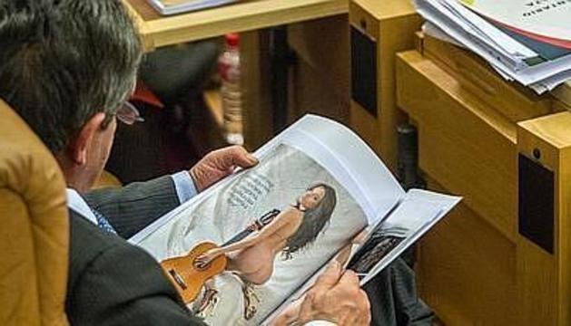 Revilla, pillado 'in fraganti' en el Parlamento de Cantabria