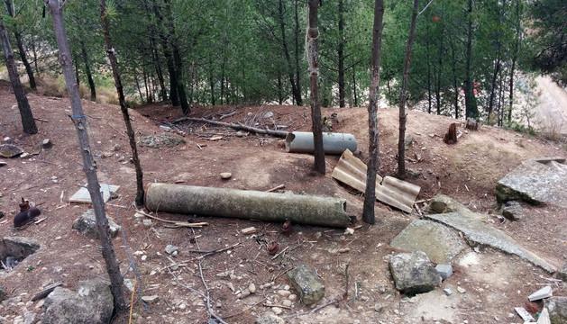 Izquierda-Ezkerra facilitó este lunes varias fotos para denunciar la presencia de tuberías abandonadas en distintos lugares. En la imagen, cerca de los depósitos de la Virgen de la Cabeza