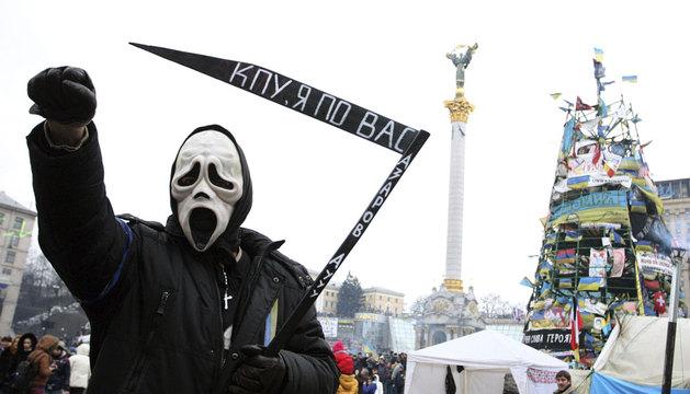 Un hombre disfrazado en la Plaza de la Independencia en Kiev
