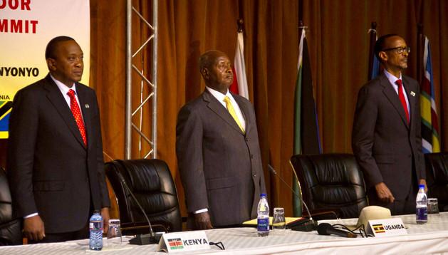 Yoweri Museveni, presidente de Uganda, en el centro de la imagen