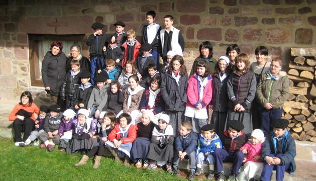 La pintora Ana María Marín, segunda de pie por la izquierda, con el grupo de menores y educadoras de la escuela de Amaiur