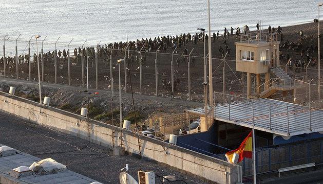 La Policía marroquí impidiendo la avalancha de inmigrantes hacia territorio español.