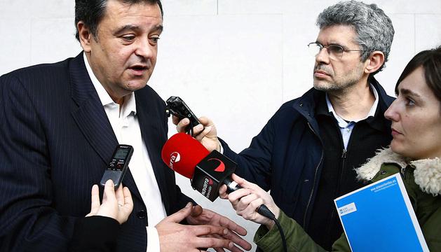 El socialista Juan Jose Lizarbe atiende a los medios de comunicación antes de entrar a la comisión.