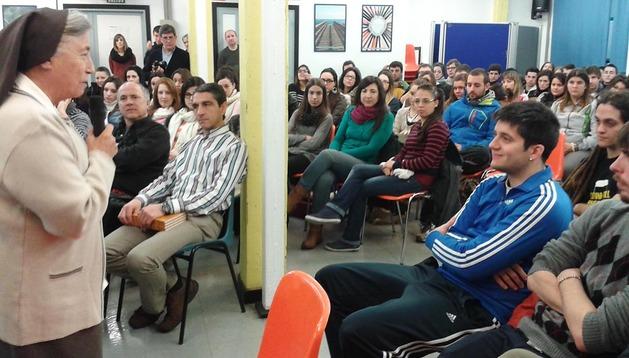 La hermana Martha Pelloni, monja argentina de 73 años, dirigiéndose a los alumnos del Instituto Cuatrovientos de Pamplona