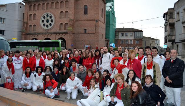 Vestidos de blanco y rojo, la expedición ribera salió de San Adrián rumbo a Madrid