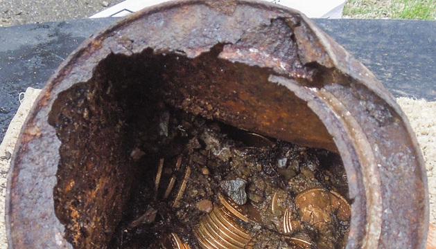 Una de las ocho latas repletas de monedas de oro del siglo XIX, encontrada por una pareja de California.