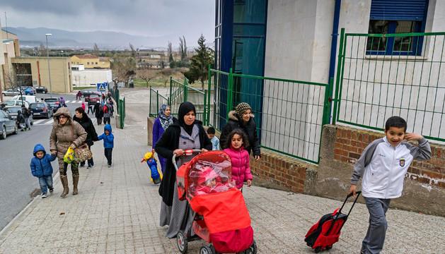 Escolares a la salida del colegio público Ricardo Campano de Viana