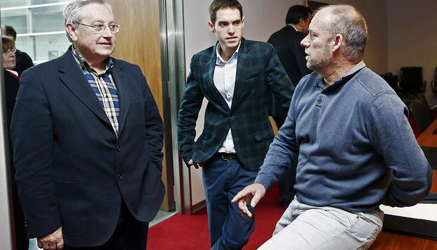 Patxi Zabaleta (i), Txentxo Jimenez (d) y Sergio Sayas, antes de comenzar la comisión de investigación este miércoles.