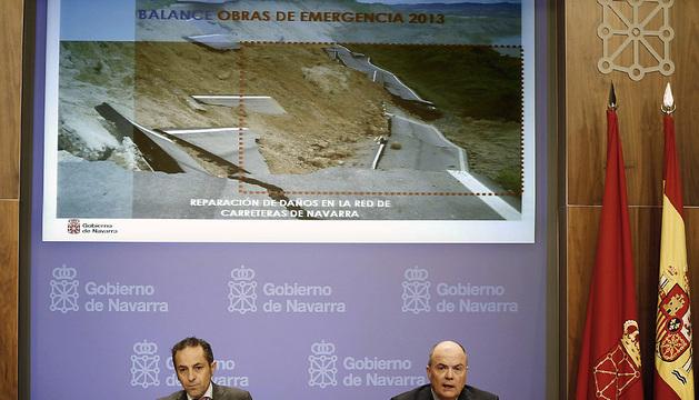 El vicepresidente y portavoz del Gobierno, Juan Luis Sánchez de Muniain (i) y el consejero de Fomento, Luis Zarraluqui (d), durante la rueda de prensa de este miércoles.