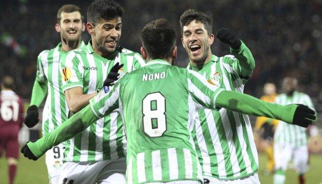 Los jugadores del Betis celebran el primer gol