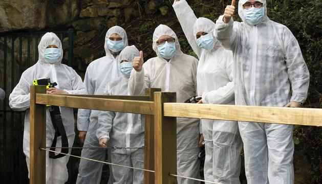 Las cinco personas que han asistido, tras un sorteo, a la reapertura de la cueva de Altamira.