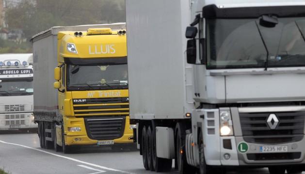 Camiones circulando por una carretera navarra