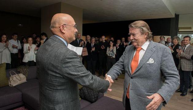 Estanislao de la Quadra-Salcedo, felicitado por el presidente de la delegación navarra del COAVN, Mariano González