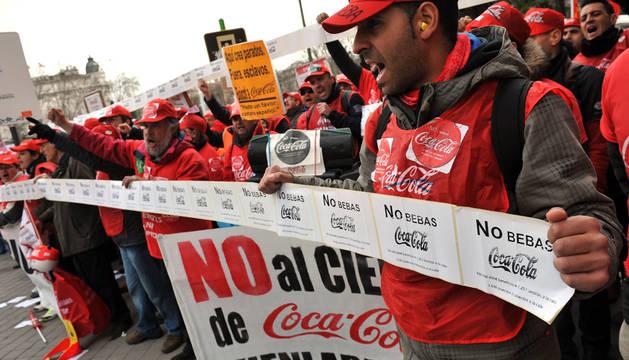 Empleados de Coca Cola de la planta de Fuenlabrada, protestando contra el cierre de la planta el pasado martes frente al Congreso de los Diputados.