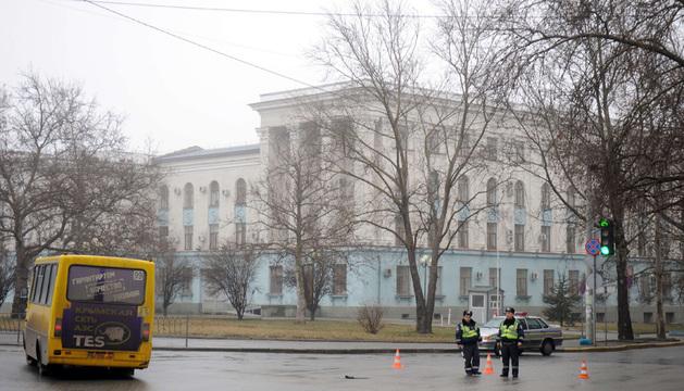 Policía frente al edificio del Parlamento en Simferopol.
