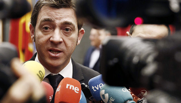 Roberto Jiménez atiende a los medios.