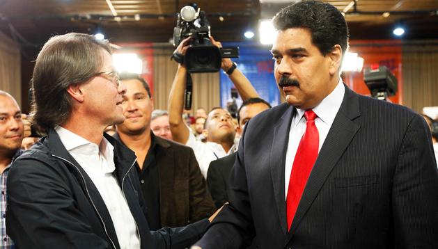 El presidente venezolano, Nicolás Maduro (dcha.) estrecha la mano del empresario Lorenzo Mendoza (izda.)