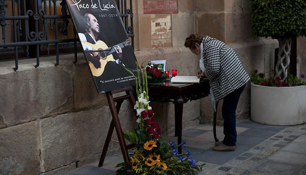 Una vecina de Algeciras firma en el libro de condolencias.