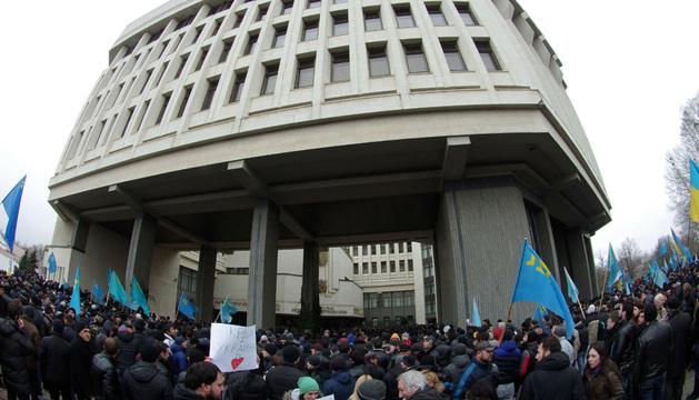 Activistas proucranianos participan en una manifestación convocada ante el Parlamento regional en Simferópol.