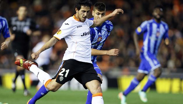 El centrocampista del Valencia Daniel Parejo se dispone a disparar a la portería defendida por el Dinamo Kiev