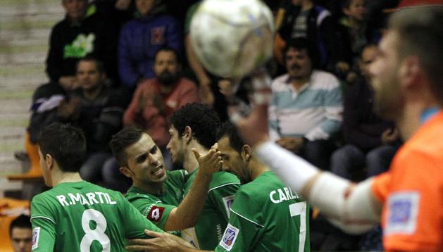 Los jugadores del Magna Xota celebran un gol ante Azkar Lugo