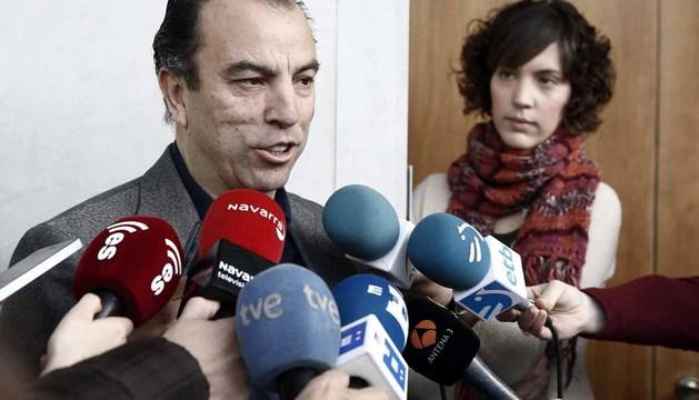 El parlamentario de UPN Carlos Garcia Adanero atiende este viernes a los medios de comunicación
