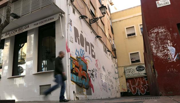 Vista de la calle Trajano de Almería, donde fue encontrado un hombre fallecido y los intoxicados.