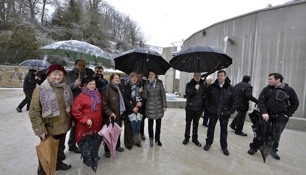 Yolanda Barcina, en el centro, en su visita este viernes a las instalaciones de la nueva depuradora de Jaurrieta.