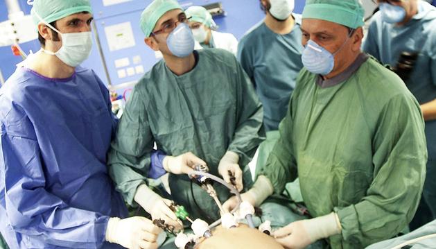 Fotografía facilitada por la Clínica Universitaria de Navarra de un momento de la operación