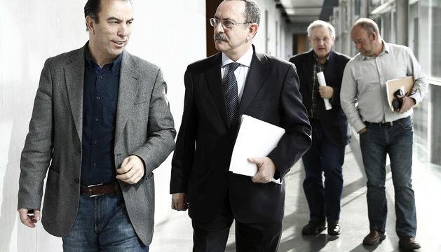 Los parlamentarios de UPN y PP, Carlos Garcia Adanero (i) y Enrique Martin (2i), en los pasillos del Parlamento este viernes