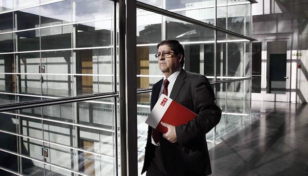 El parlamentario del PSN Pedcro Rascón, fotografiado este viernes en los pasillos del Parlamento.