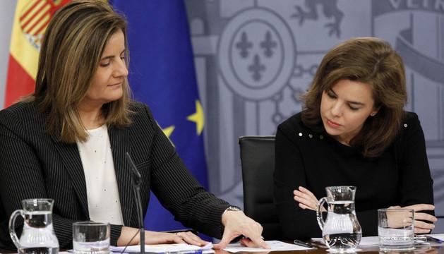 La vicepresidenta del Gobierno, Soraya Sáenz de Santamaría (d), y la ministra de Empleo, Fátima Báñez